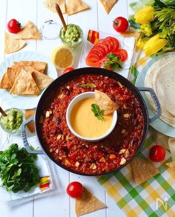 ケジャンスパイスは、チリコンカンにもよく合います。こちらは、チリコンカンとナチョチーズをひとつのお鍋で同時に作るアイデア。ホームパーティーメニューにぴったりですね。