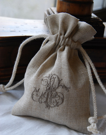 リネンに丁寧に施した刺繍が端正な印象のサシェ。そっと引き出しに入れておくだけで、見るとほっこり、ちょっと贅沢な気分になれそう♪