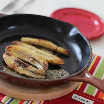 バナナをソテーしてラム酒でフランベした「バナナフォスター」もケイジャン料理の人気デザート。アイスクリームを添えていただきます。