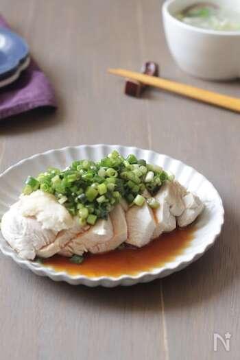 リーズナブルな鶏むね肉をしっとり柔らかくいただきます。にんにくのきいたタレがごはんと好相性。お子さんも召し上がるときはラー油を抜くと一緒に楽しめます。