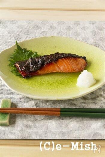 一晩、味噌床に漬けた鮭はしっかり味でごはんがすすみます。冷めても美味しいのでお弁当にもいいですね。味噌が焦げやすいので、きれいにふき取ってから焼きましょう。