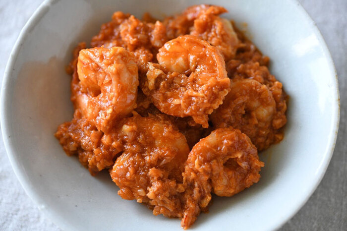 豆板醤も鶏ガラスープの素も使わない、おうちにあるものだけでできるエビチリ。シンプルだけど本格的な味わいです。最後に溶き卵を加えることでタレがよく絡み、マイルドに仕上がります。