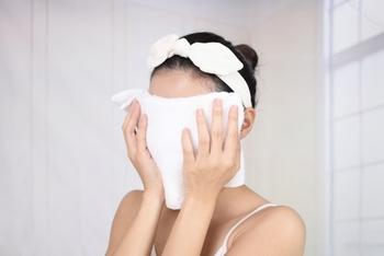 摩擦によるシミを防ぐには、こすらないのが一番です。クレンジングや洗顔のときは優しく触れる、タオルで顔を拭くときにはポンポンと押さえて水気を取るようにしましょう。 こすらなくてもするっとメイクが落ちるように、アイライナーやマスカラをフィルムタイプにチェンジするのも効果的◎