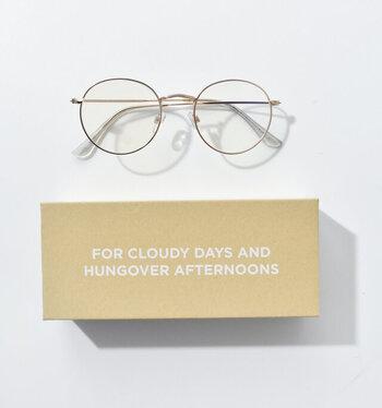 北欧スウェーデンのブランド「CHPO(シーエイチピーオー)」の、ブルーライトグラス。タブレットやスマホからのブルーライトを、掛けるだけで軽減してくれるメガネです。丸フレームでおしゃれさにもこだわり、見た目と実用性を兼ね備えています。