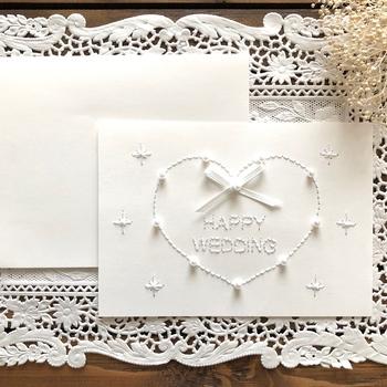 白一色でまとめた大人っぽい雰囲気のウェディングカード。パールやリボンなどを使って紙刺繍で彩れば、立体感のある美しい仕上がりになります。