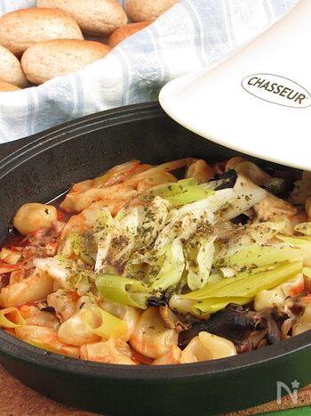 タジンで作る生パスタ鍋。タリアテッレの生パスタをはじめ、野菜やきのこ、鶏肉などがたっぷり入っています。魚介を加えるのも美味しいです。