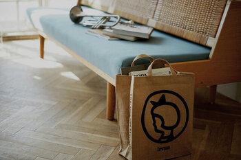 日本限定のジュート素材のイヤマちゃんトートバッグは、思わず目を惹くかわいさ。マチもたっぷりで収納量も多いので、実用性も◎です。