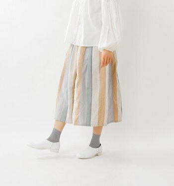 爽やかな色合いのマルチボーダーのスカート。これからの季節にぜひ着たい一枚ですよね!ジャガード素材が生地にハリをもたらしてくれるので、カジュアルになりすぎず、大人の女性におすすめです。