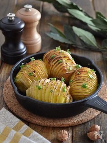 スウェーデン発祥のお料理ハッセルバックポテトは、その見た目からアコーディオンポテトとも呼ばれています。見た目の美しさもさることながら、どなたでも美味しいと感じそうなクセのない味が特徴です。