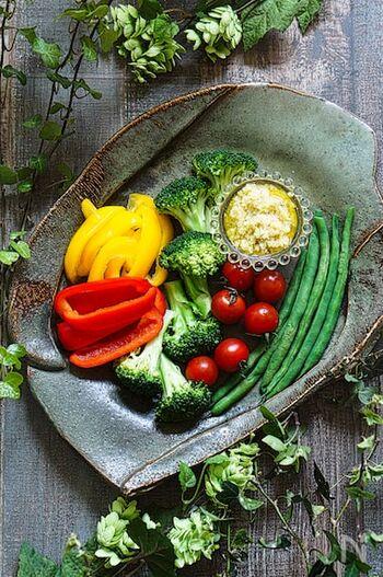 バーニャカウダはイタリアの北部、ピエモンテ州の郷土料理。本場では、「フォイョ」という陶器の小鍋にソースを入れて、下からキャンドルの炎で熱し、そこにお野菜をディップしていただきます。