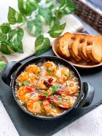 メインの具材がエビだけのアヒージョは、本場スペインでも定番のレシピ。エビのお出汁が入ったオリーブオイルを捨てるなんてもったいない!と、食べ終わった後にパンを浸す人も多いそう。