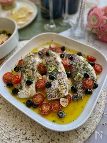 魚介類をトマトとオリーブオイルと一緒に煮込んだアクアパッツァは、ナポリの郷土料理。豪華で凝った見た目ですが、失敗なく作れるという嬉しいレシピです。