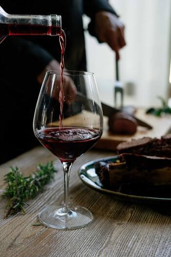 食だけではなくワイン大国でもあるフランスでは、食事の際のワインは必須ともいえます。本場では、前菜用、メイン用、デザート用のように、お料理とワインとコンビネーションを考え、1回の食事の間に異なるワインを飲むことも。簡単には真似できませんが、おうちでフランス料理を味わう日には、ちょっぴり特別なワインを用意しても良いですね。