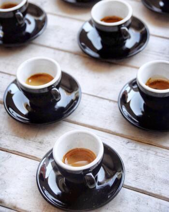 美味しいワインが簡単に安く手に入るイタリアですが、食後のコーヒーも欠かせません。小さなカップで、濃いエスプレッソをくいっと飲み干します。薄いコーヒーを邪道と言うイタリア人も。食へのこだわりが強い人が多いからこそ、美味しい食べ物がたくさんあるのかもしれませんね。