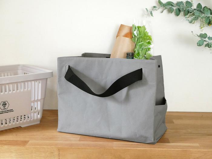 レジカゴにセットできるエコバッグは袋詰めの手間がなくなりとっても便利。でもセットする時、手間取ってしまうと言う人はいませんか?  b2c(ビーツーシー)のレジカゴ用バッグは開口部が空いているのでカゴにセットするのも楽。持ち手を持てば自然と口が閉じるデザインになっています。