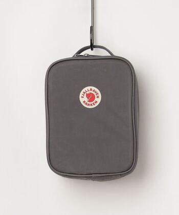 スウェーデンのアウトドアブランド、フェールラーベン。そのフェールラーベンのリュック、KANKEN(カンケン)は日本でも人気がありますよね。そのKANKENリュック誕生40周年を記念して作られたのがこちらの保冷バッグ。  マチがないのでお弁当箱を入れると言うよりは、サンドイッチ やおにぎりを収納するのに向いています。横向きにするとカンケンミニにぴったり収まります。