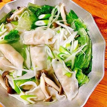 緑が鮮やかなレタスと冷凍餃子の簡単鍋です。レタスは煮てもシャキシャキ感があって、とても爽やか。餃子のつるんとした食感ともよく合います。  柚子胡椒やポン酢をつけて食べると、さっぱりと食べられますよ。