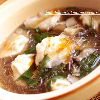 春雨と冷凍餃子のスープ。ニラやマイタケを入れて、香りと旨みをプラスしています。  春雨は、水で戻さずそのまま入れてしまってOK。そのまま入れると、旨みの出たスープを春雨がしっかり吸ってくれるんですよ。