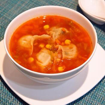 粗みじんにした野菜を炒め、トマト缶で煮込んだミネストローネ。たんぱく源として冷凍餃子をプラスしてみると、まるでパスタのような感じで、意外にもマッチ!  中華風のスープ仕立てに飽きたら、ぜひ試してもらいたい逸品です。