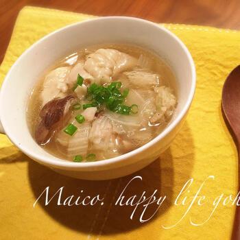 白菜と冷凍餃子のスープ。ざく切りにした白菜をよく煮こむととろりとした食感になって、つるりとした餃子との対比が楽しめます。  生姜は白菜&餃子と相性抜群!すり下ろしをすこし足すだけで、一気に風味がアップして、本格的なお店の味になりますよ。