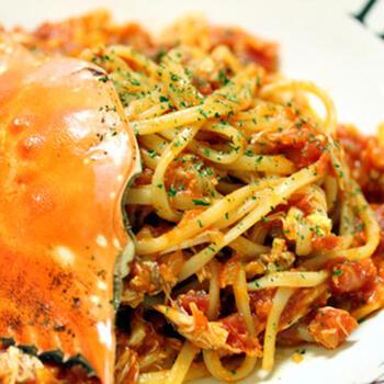 渡り蟹の身や蟹味噌、内子などがトマトソースと混ざり合い生パスタに濃厚にからみます。風味抜群でスペシャルディナーなどにもおすすめの生パスタです。