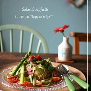 アスパラやトマトなどのみずみずしい野菜やパストラミビーフなどを生パスタとともににぎやかに盛り付けたサラダ風。女子会などにもおすすめのおしゃれさですね。