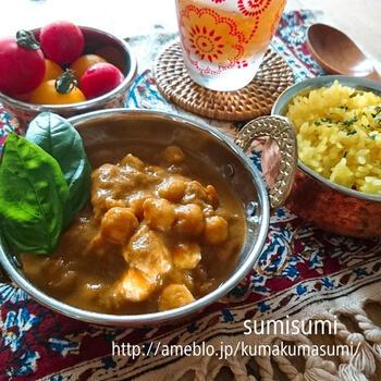 インドでは豆のカレーを「ダール」と呼び、親しまれています。インドの豆が手に入りにくい場合は、日本の豆で代用しても美味しく仕上がりますよ。  こちらはインドでは定番のひよこ豆を使ったカレー。ココナッツミルクを加えてまろやかに。ひよこ豆なら日本でも手に入りやすいので、ぜひ試してみたいですね。