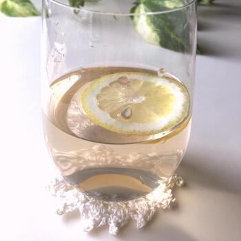 クエン酸を含む梅酢の水割りは、夏バテ予防や疲労回復におすすめです。はちみつをプラスすることで飲みやすくなり、さらにレモンを添えれば爽やかさがアップ!