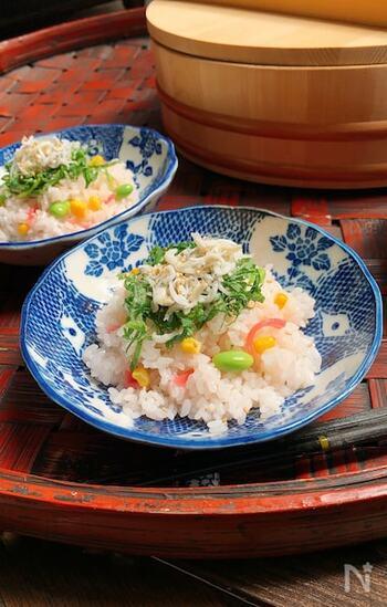 梅酢は酢飯としても代用可能。ごはんに混ぜるだけで、寿司作りが簡単。枝豆やトウモロコシを加えれば、子供たちにも喜ばれそう。お弁当にもおすすめです。