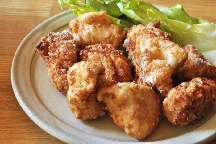 鶏もも肉に梅酢をもみ込んで唐揚げの下味に。肉の臭みが消えて、食感はしっとり柔らか。調味料は梅酢だけで作れるので、手間なくすぐに作れます。