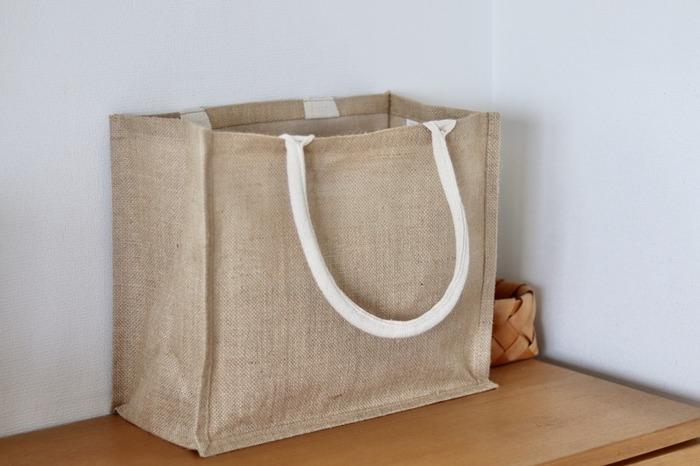 麻の種類ジュート素材のトートバッグは、無着色のその色合いがナチュラルで素敵ですね。見た目はとってもしっかりしているのに、とってもお手頃なお値段なので、いくつかストックしておくと便利だと思います。