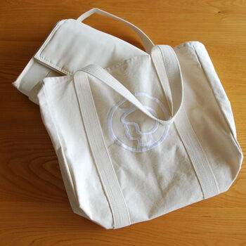 デンマーク生まれのイヤマちゃんのトートバッグは、大人の女性が惹かれるかわいいアイテム。もちろん普段のお出かけ用のバッグとしても活躍してくれますが、収納トートとして使えばインテリアとしてもイヤマちゃんを楽しめちゃいます。