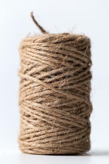 手編みのかごバッグといえば、まず麻紐(ジュート)を思い浮かべる方が多いのではないでしょうか?タフで臭いがつきにくく、お手入れも楽チン。また、土に還る天然素材は、環境に優しいというのも嬉しいですね。古くなって毛羽立ってきたら、鉢カバーとして再利用するというのもいい。長く愛用できるものだからこそ、手作り!が楽しく感じるはずです。
