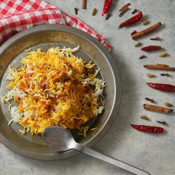 カレー味の炊き込みごはんのようなイメージのビリヤニは、日本人好みのお味と言えそう。インドでは、ここにさらにカレーをかけていただきます。