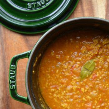 フレッシュなトマトを丸ごと2つ使ったキーマカレー。無水鍋で作れば、鶏やトマトの旨味がギュッと濃縮されてより美味しく仕上がります。子どもにも大人にも人気のレシピです。