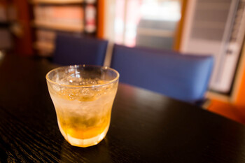 暑い夏には炭酸割りですっきりと。ほどよい酸味と喉ごしを楽しめる割合は、梅酢:ソーダ=1:10。汗をたっぷりかいた日には、梅酢ソーダでリフレッシュしましょう。