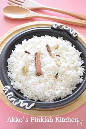 インドカレーに合わせるなら、お米もバスマティライスがおすすめ。炊くというよりも、茹でるイメージでお米を炊き上げます。香り付けにカルダモンやクローブ、シナモンスティックを使えばより豊かな味わいになりますよ。