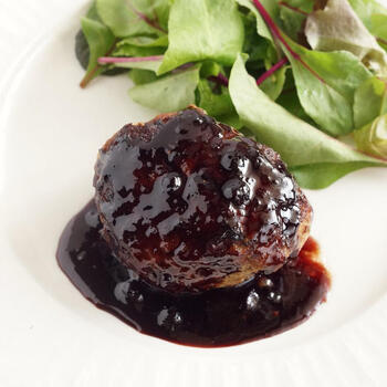 ハンバーグのソースもブルーベリージャムで美味しく作れますよ。赤ワインと醤油とブルーベリーという意外な組み合わせが絶好のハーモニーを生みます。甘さはジャムの量で調整してみて。