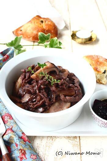 肉の下味にブルーベリージャムを使えば、安い肉でも贅沢で品のある美味しさに昇華。煮込む際にもブルーベリージャムを隠し味に。ごはんにもパンにもぴったりの一品です。