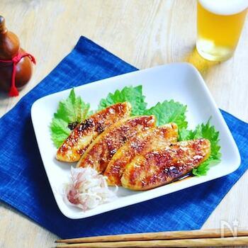 うなぎのたれと笹かまぼこでお手軽かば焼き風アレンジ。濃い味の味付けは、ご飯のお供にもおつまみにもぴったり。笹かまぼこがない場合は普通のかまぼこでも試してみたいですね。