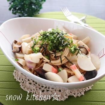 梅昆布茶を使って作る和風味のパスタレシピ。具は、かまぼこ・椎茸・かぶ。かぶやかまぼこの食感がよく、お腹も大満足♪