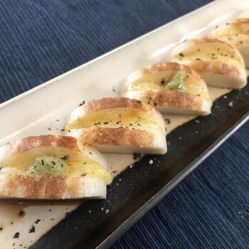 切り込みを入れたかまぼこにチーズをはさんで焼き、黒胡椒をパラリ。醤油とお好みでわさびをつけていただきます。シンプルで超簡単なのに味のバランスが取れたレシピ。お弁当のおかずにもよさそうです。