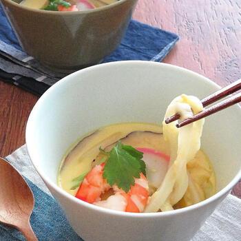 「小田巻き蒸し」は大阪の郷土料理で、うどん入りの茶わん蒸しのこと。うどんが入ることでボリュームも腹持ちもアップ。食欲がない日の軽食にもよさそうですね。