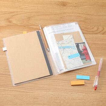 無印良品らしいシンプルな透明タイプのノートカバー。ノートとプリント、メモなどを一緒に収納可能。背幅のマチがないので、スリムに持ち運ぶことができますよ。