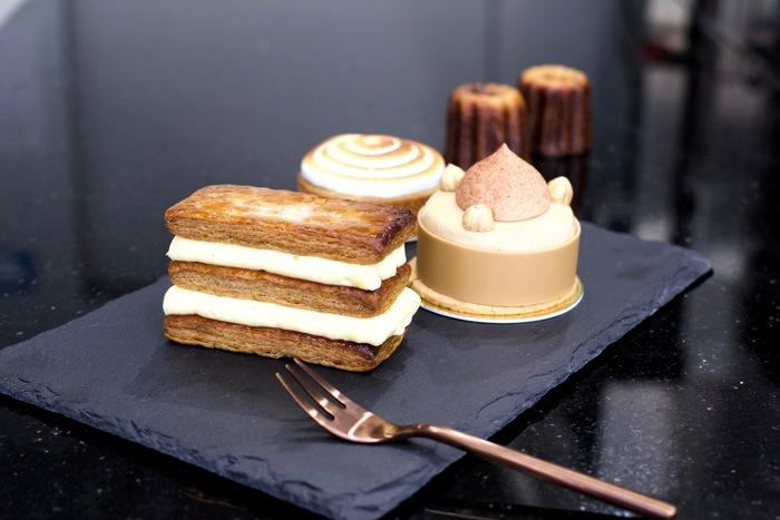 緑ヶ丘駅すぐにあるNumero 5 Paris。お店は階段を上った2階にあります。お店には5種類のケーキが並んでいて、ミルフィーユなどの定番から、季節感あるケーキまでどれに出会えるかは訪れた時のお楽しみ。華やかと言うよりは、とてもシックな雰囲気のケーキは、どれも洗練された印象です。