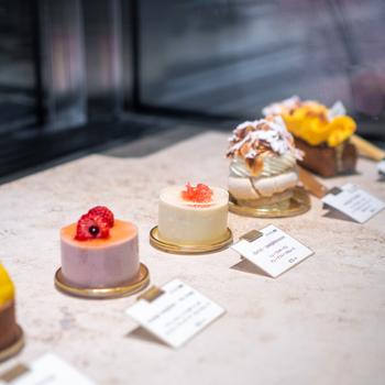 メトロ茅場町駅11番出口から徒歩3分、日本橋駅や八重洲口からも歩ける好立地にあるpatisserie easeさんは、星付きフレンチシンシアでシェフパティシエを勤めた大山恵介さんのパティスリー。フランス料理を思わせる様な繊細な印象のケーキがショーケースに並んでいます。