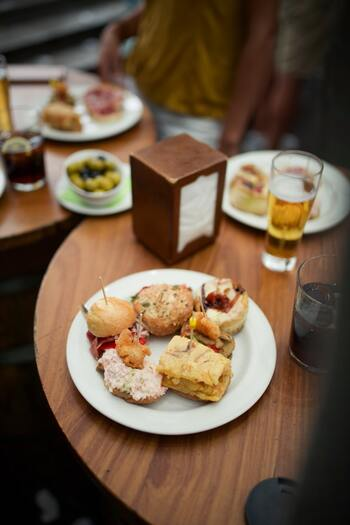 スペインの飲み会では、バルを何軒も梯子しながら、タパスやピンチョスを摘まむ人が多いのだそう。カウンターに並んだピンチョスをお客さんが自分で持ってきて、最後はピンチョスの櫛の数でお会計という、バルのスタッフにも優しいスタイルが定番。