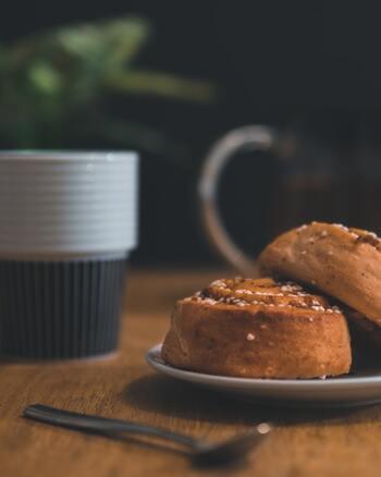 スウェーデンには、「フィーカ(Fika)」と呼ばれる、午前10時の休憩時間かあるんですよ。大人も子どもも関係なく、美味しい飲み物とおやつの休憩を取ります。この休憩タイムには、コーヒーとスウェーデン風シナモンロール「カネールブッレ」を合わせる人が多いのだとか。