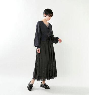 リネン90%、シルク10%の混紡生地は、さらりとしたリネンの特徴はそのままに、シルクの上品さを兼ね備えています。たっぷり膨らんだ袖と透け感のあるニット生地がフェミニンな印象です。ロングスカートと合わせることで、落ち着きがありつつも可愛らしい印象で着こなせます。