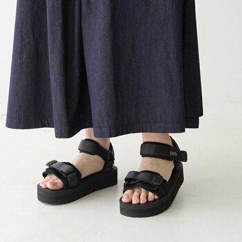 世界的ソールメーカーVibram(ビブラム)社の長く快適な履き心地を維持できるVIBRAM Sole(ビブラムソール)や、歩行時の足への負担を軽くさせる独自開発のフットベッド、SUICOKE EVA(スイコックエバ)を使った、最新技術が終結した高機能サンダル。シンプルな黒のワントーンデザインは着る服を選びません。